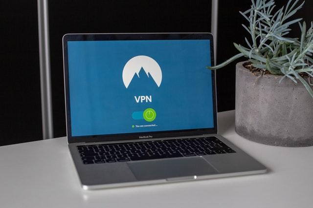 Sådan får du sikkert internet med VPN på ferien